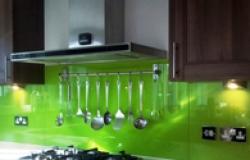 Стеклянный фартук для кухни – цена ниже обычного кафеля!